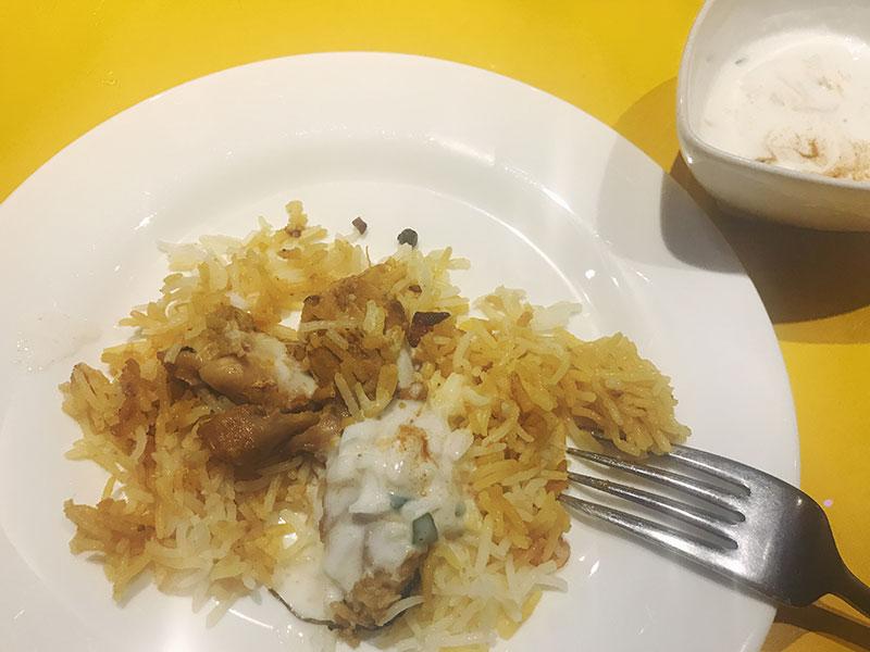 インド料理ムンバイ ライタをかけたビリヤニ